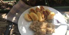 Erdäpfelpaunzen mit Sauerkraut